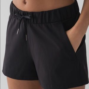 "EUC Lululemon On The Fly 2.5"" Shorts - Black Sz 6"